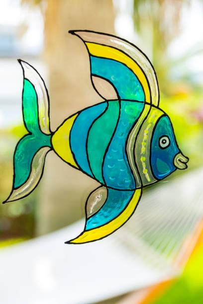 fenstermalerei von fisch durch fensterfarben - glasmalerei stock-fotos und bilder