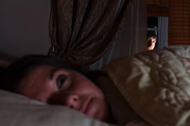 fenster prowler - 31 yo angst frau - jagdthema schlafzimmer stock-fotos und bilder