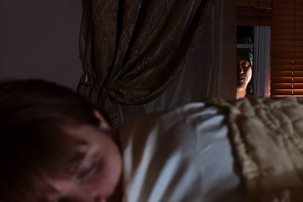 fenster prowler – 15 y.o. schlafen frau - jagdthema schlafzimmer stock-fotos und bilder