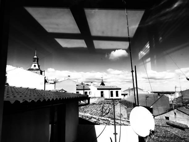 reflejo de la ventana en el cielo. - monse del campo fotografías e imágenes de stock