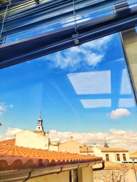 Reflejo de la ventana en el cielo. - foto de stock