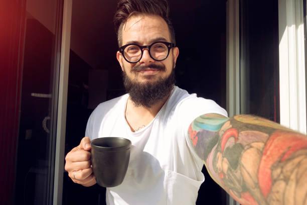 fenster selfie und kaffee am morgen - kaffeetasse tattoo stock-fotos und bilder
