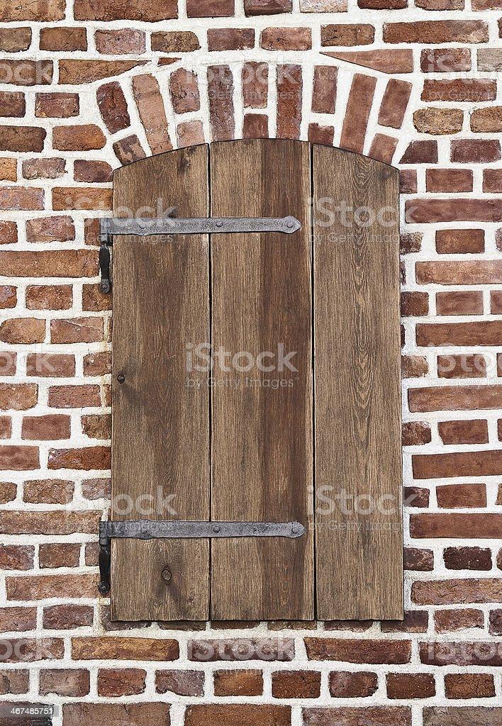 Cierre de ventana, en una pared de ladrillos - foto de stock