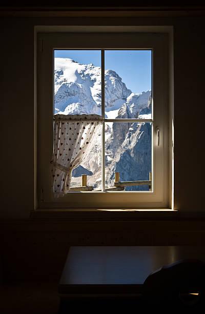 fenster auf die berge - hotel alpenblick stock-fotos und bilder
