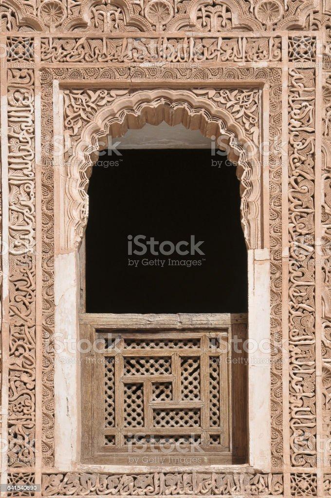 Adornos de ventana con árabe en Marrakech - foto de stock