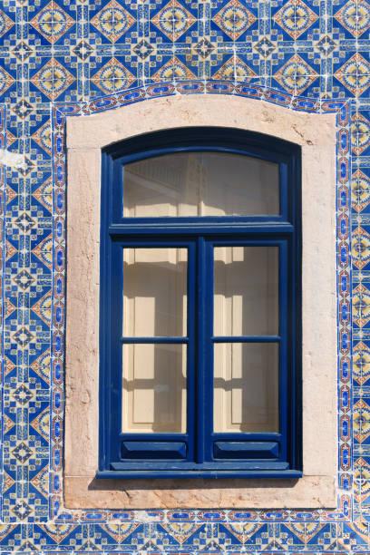 Fenster mit schönen blauen Fliesen – Foto