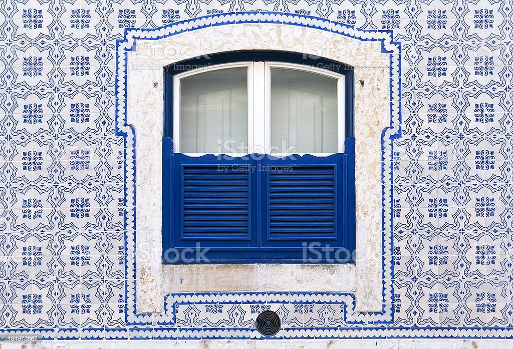 Janela com bela azul telhas - fotografia de stock