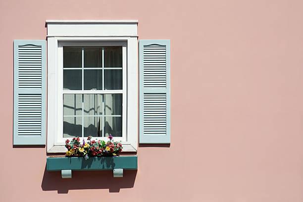 janela com fundo rosa e windowbox. - com portada imagens e fotografias de stock