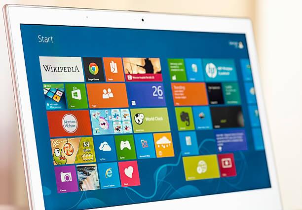 windows 8 start screen auf einen laptop - microsoft windows stock-fotos und bilder