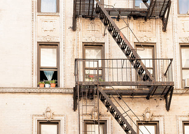 NYC Windows and Fire Esacpe Architecture in Historic Residential Building – Foto