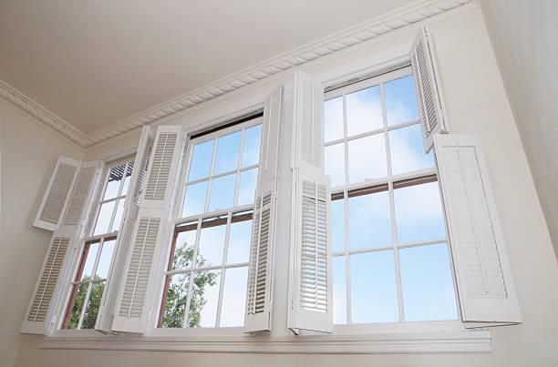 Windows e persiane - foto stock