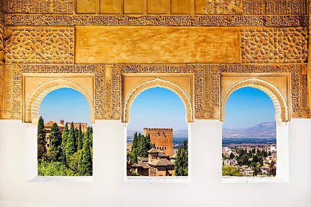窓からは、アルハンブラ、グラナダ、スペイン製です。 - ムーア様式 ストックフォトと画像