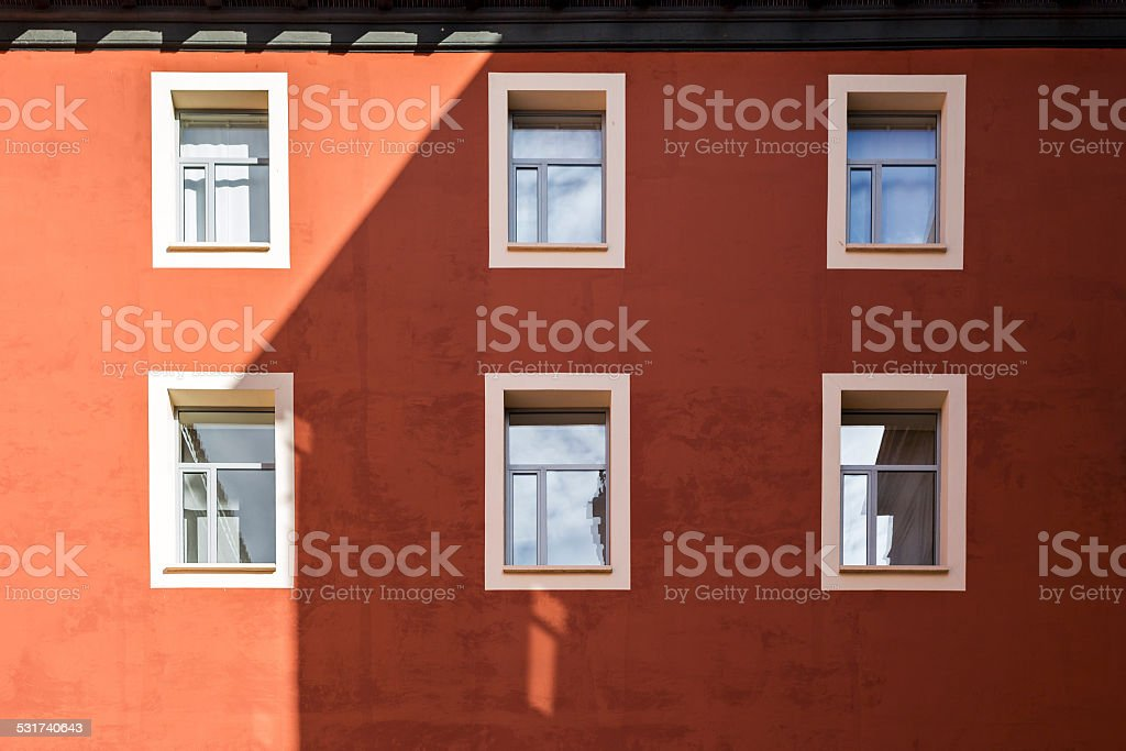 Windows en edificio rojo - foto de stock