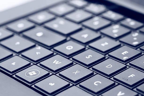windows-logo auf laptop-tastatur - microsoft windows stock-fotos und bilder