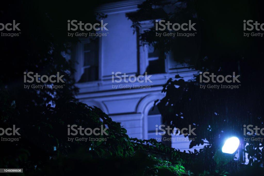 Windows de uma construção em uma noite chuvosa - foto de acervo