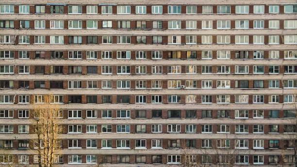 ソ連のブロック住宅の窓 - 共産主義 ストックフォトと画像