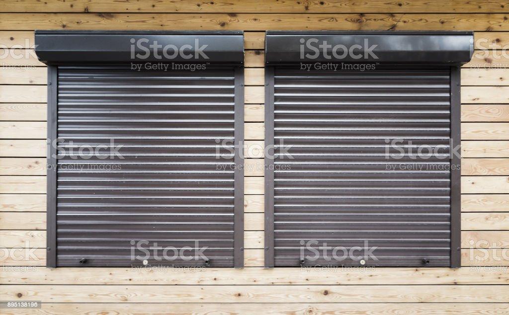 Fenster mit Rollläden geschützt – Foto