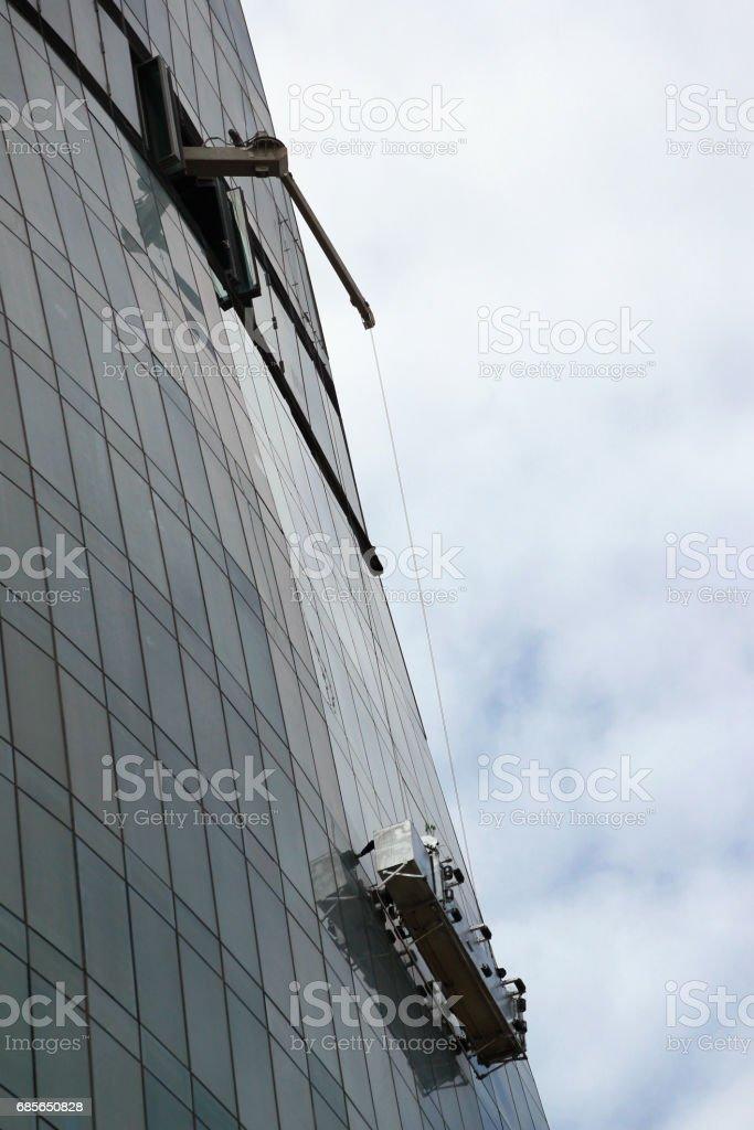 高層ビルのガラスのファサードに Windows 洗濯プラットフォーム。 ロイヤリティフリーストックフォト