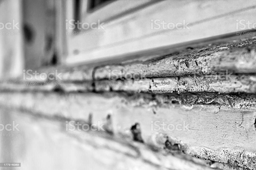 Windowsill brauchen Renovierung mit Fenster Lizenzfreies stock-foto