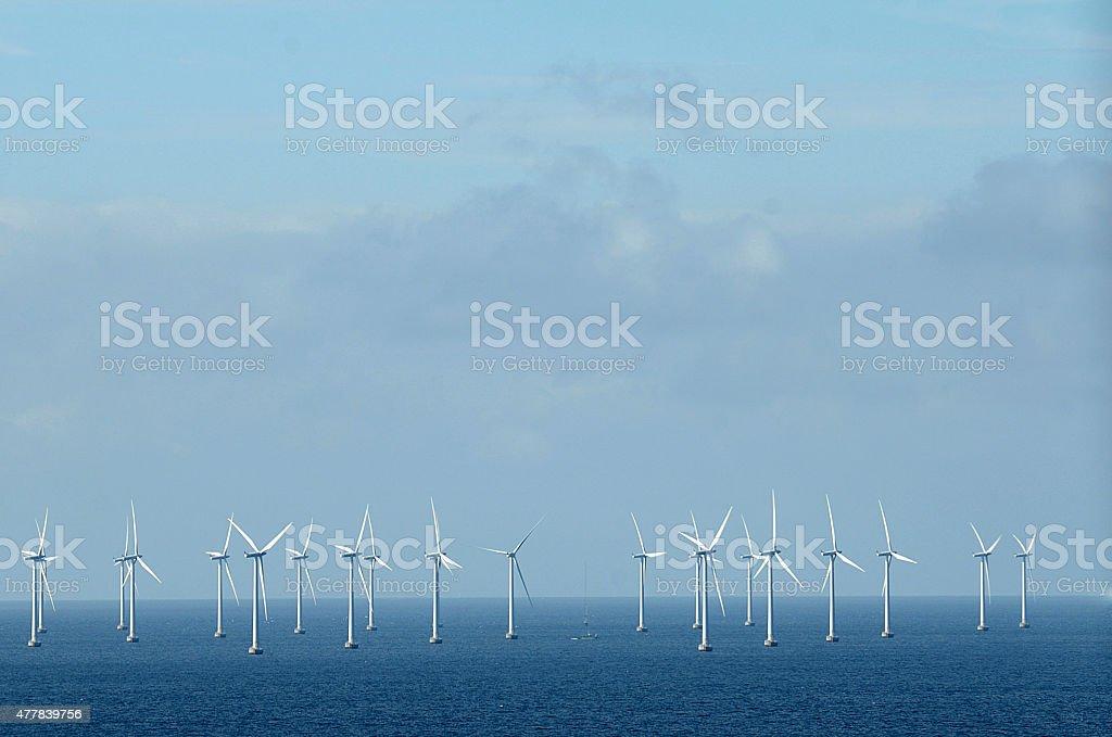 Windrad im Meer – Foto