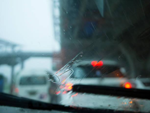 scheibenwischer arm und klinge entfernen regen - dunkle flecken entferner stock-fotos und bilder
