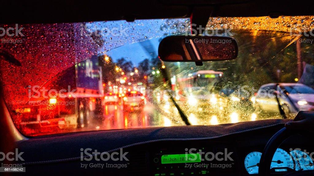 Windschutzscheibe in die dunkle, schwere Regen Lizenzfreies stock-foto