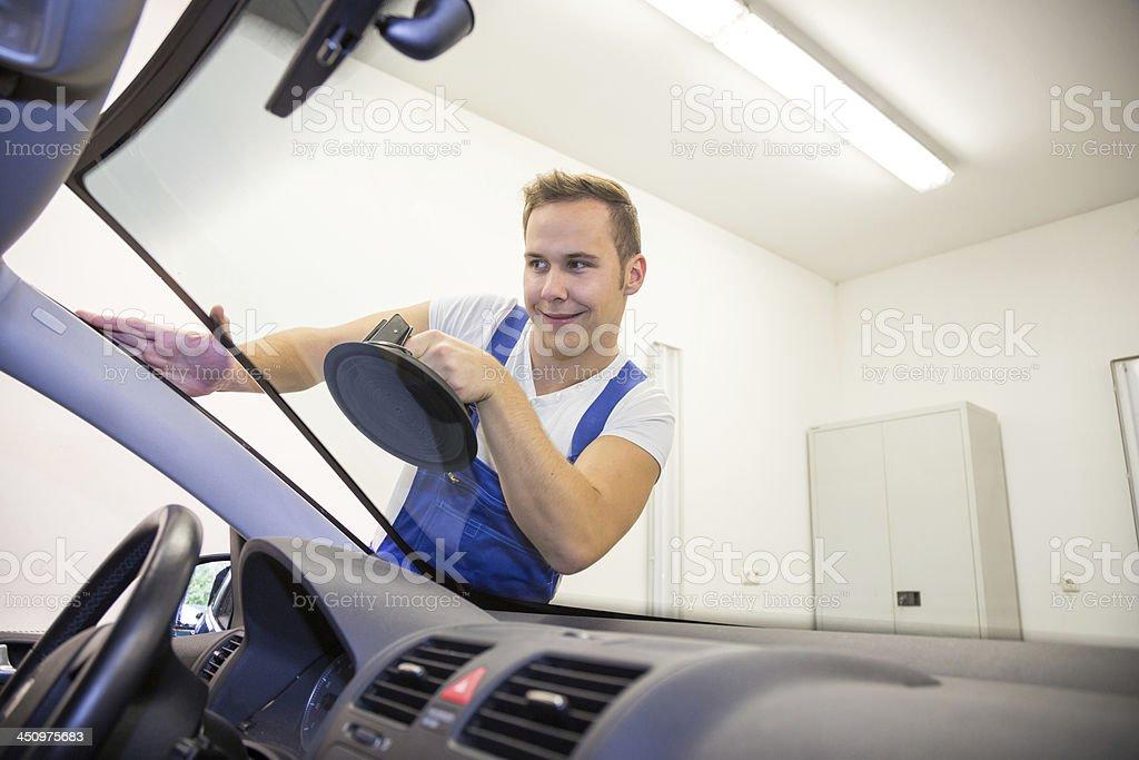 Przednia szyba wymiany przez glazier w garażu – zdjęcie