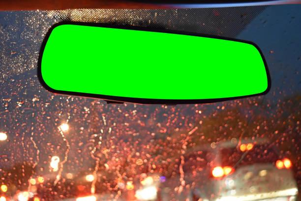 windschutzscheibe blick auf schwere regnerischen nacht und ein spiegel der hinteren ansicht mit greenscreen, isoliert auf hintergrund mit beschneidungspfad. - auto trennwand stock-fotos und bilder