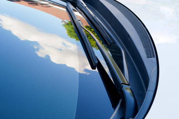 Scheibenwischer von einem weißen Auto – Foto