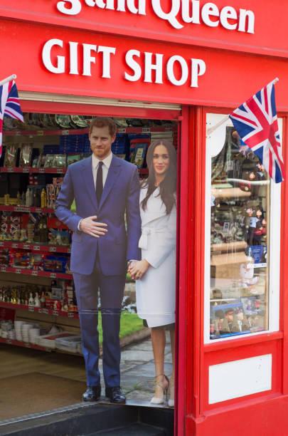윈저, 영국입니다. 기념품이 게 윈저에 참여 후 왕자 해리와 메 건 대 한 전문적인 초상화와 함께. - meghan markle 뉴스 사진 이미지