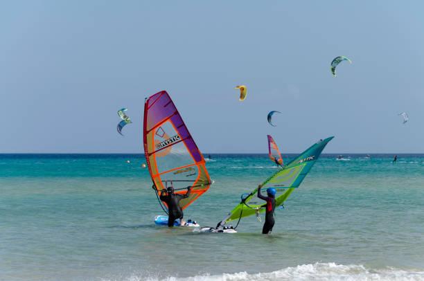surfer am strand von sotavento - kitesurfen lernen stock-fotos und bilder