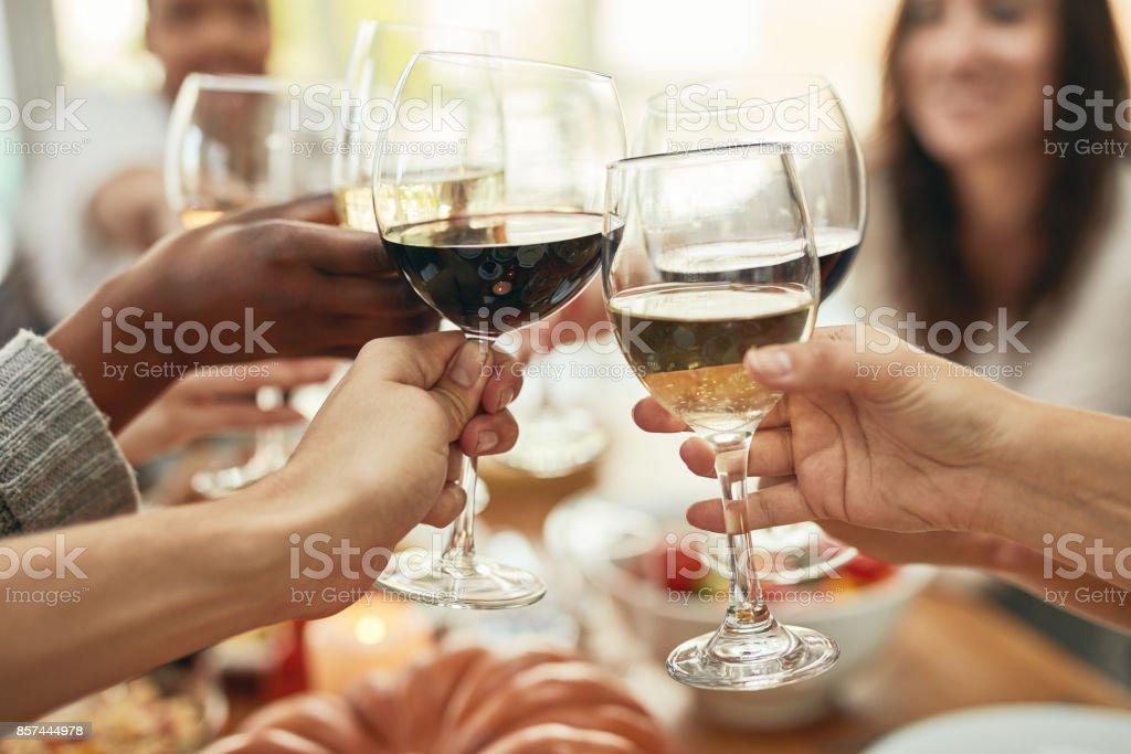 Un poco de vino y reír un lote. - foto de stock