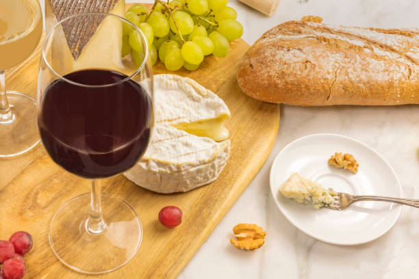 wine and cheese tasting with bread and grapes - dinge die zusammenpassen stock-fotos und bilder