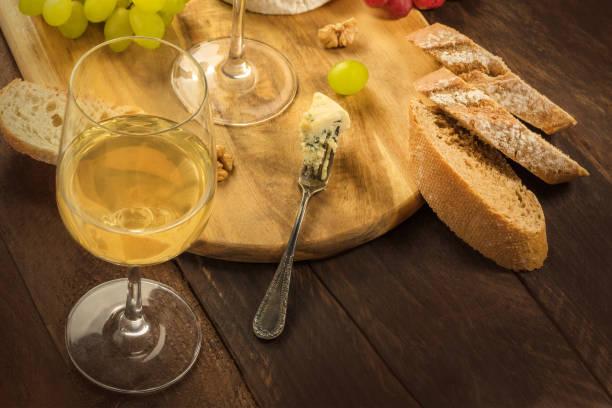 wine and cheese tasting, with bread and grapes - dinge die zusammenpassen stock-fotos und bilder