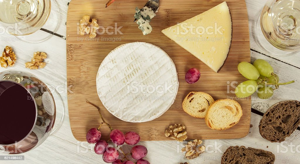 Wine and cheese tasting with pairing, overhead shot foto stock royalty-free