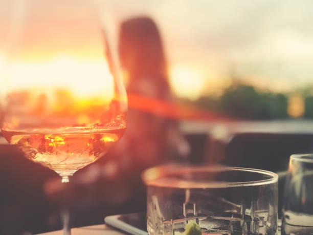 Wein und Cocktails auf einem Tisch in einer Bar. – Foto