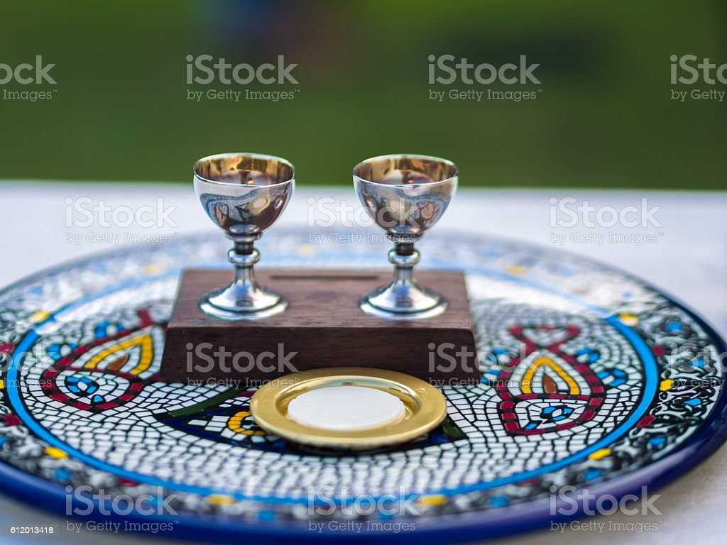 Wine and Host (Sacramental Bread) on Ceramic Plate foto royalty-free