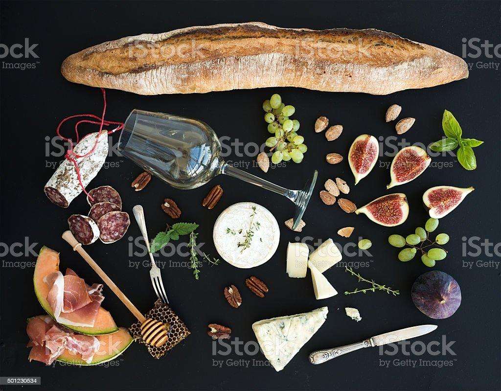 Wein und snack-set. Baguette, Glas weiß, Feigen und Weintrauben – Foto