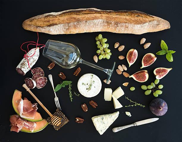 vino y refrigerios de cortesía. baguette, vidrio de blanco, higos, uvas - comida francesa fotografías e imágenes de stock