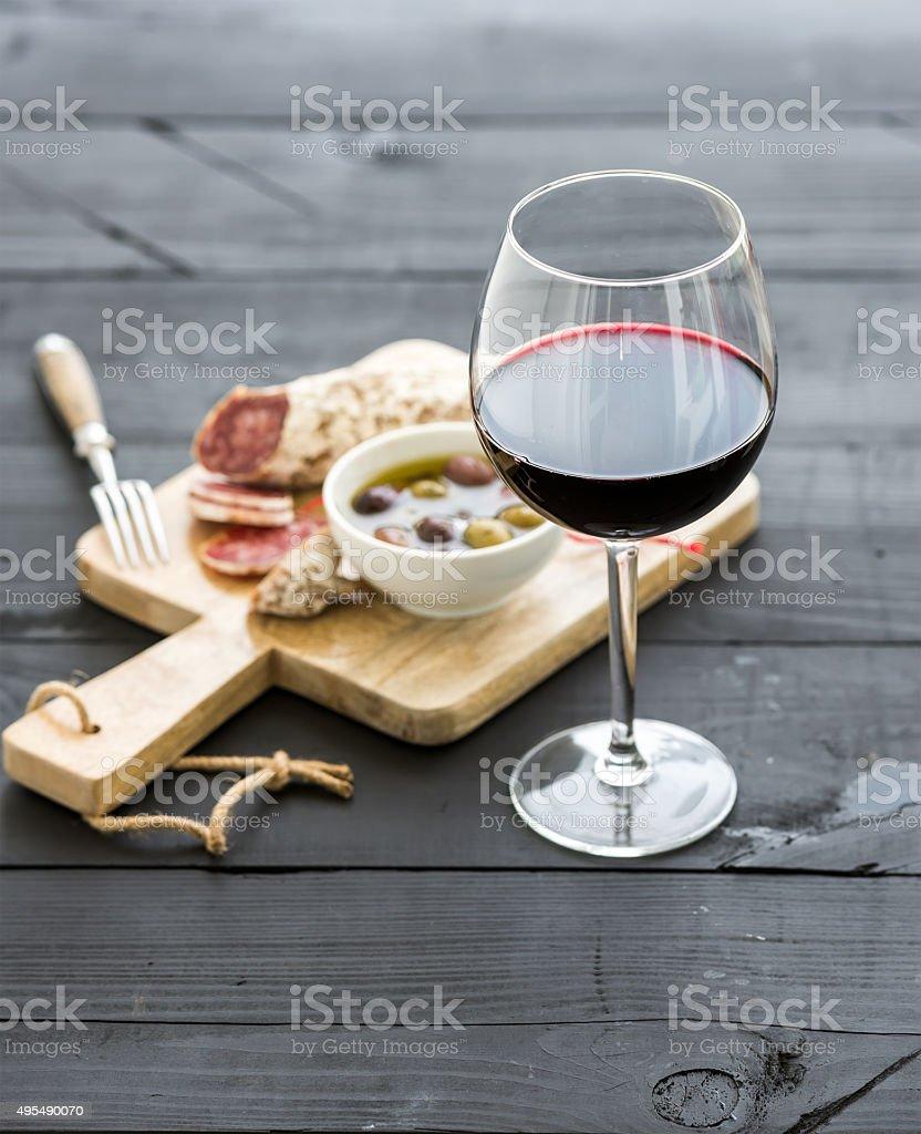 Mit Wein Und Appetithäppchen Glas Rotwein Französische Salami Und ...