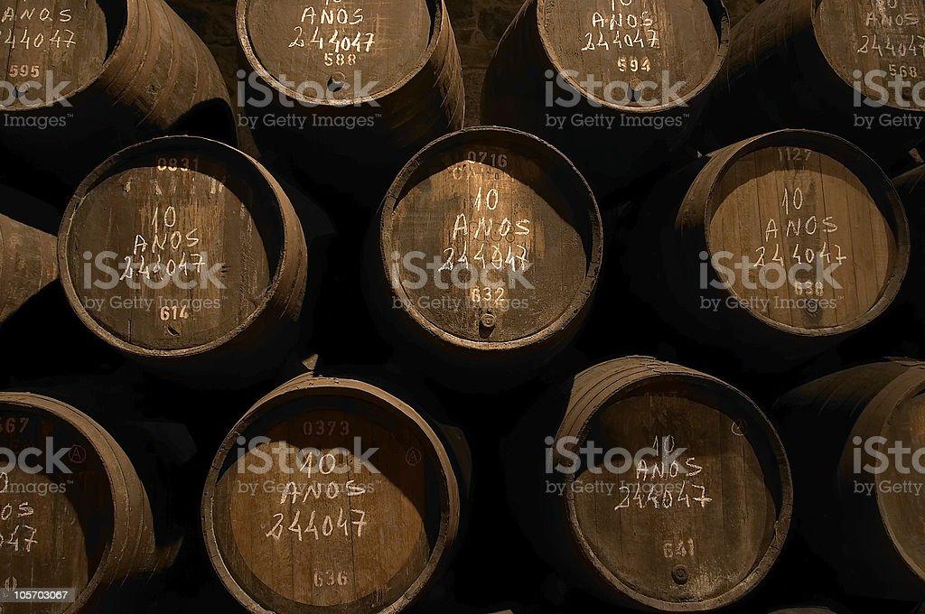 Weinfässer in einem Weinkeller in Lizenzfreies stock-foto