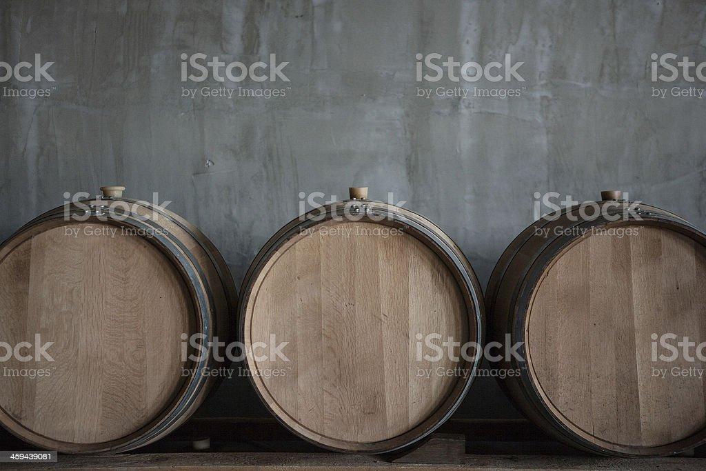Cilindri sovrapposti vino in cantina dell'azienda vinicola - foto stock