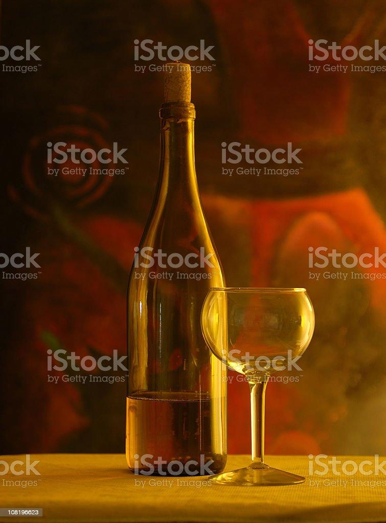 Weinflasche und Glas auf einem Tisch, Low-Key – Foto