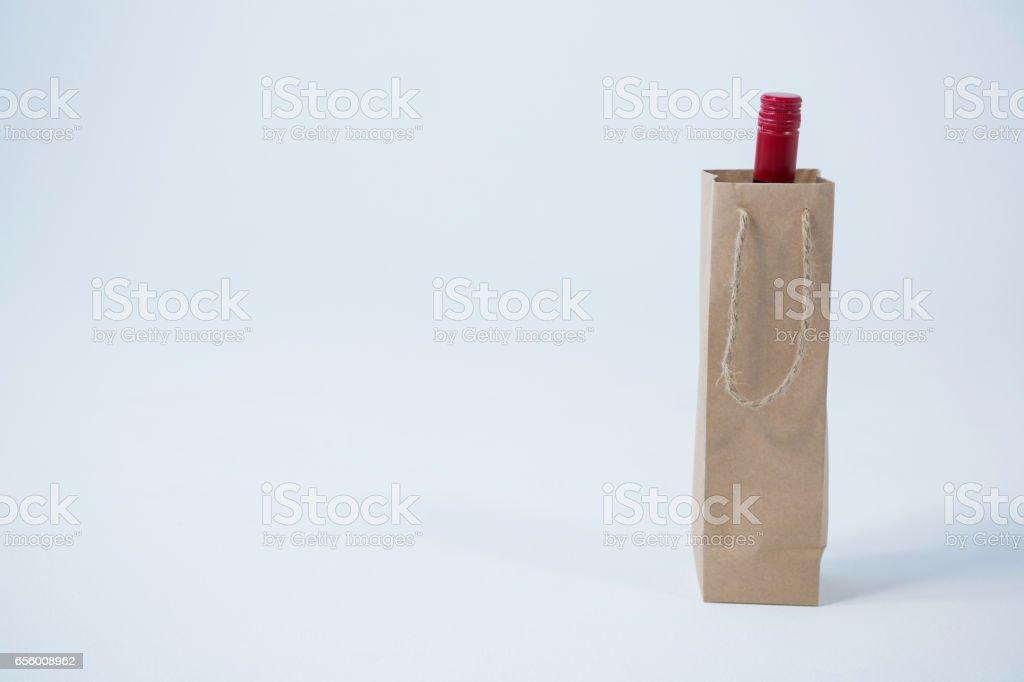 Alışveriş çantası içinde şarap şişesi stok fotoğrafı