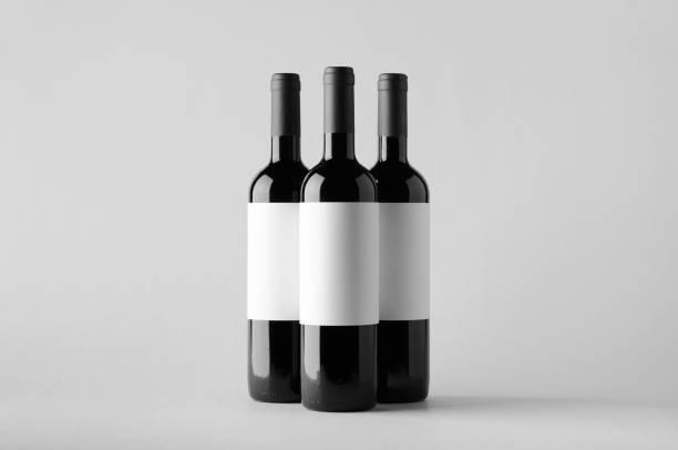 weinflasche mock-up-drei flaschen. leeres etikett - mini weinflaschen stock-fotos und bilder