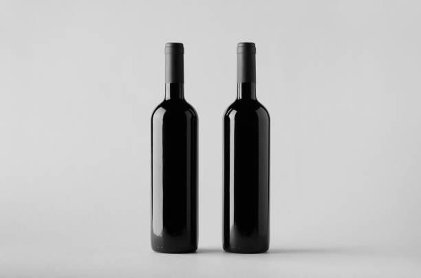 weinflasche mock-up-zwei flaschen - mini weinflaschen stock-fotos und bilder
