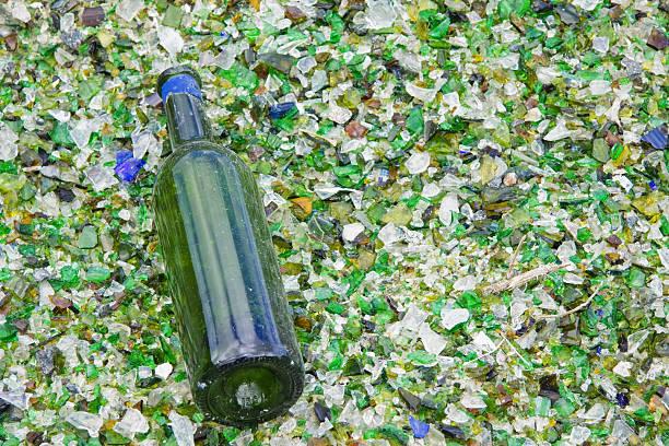 weinflasche, die nicht den crusher in einem recycling-plant - mini weinflaschen stock-fotos und bilder