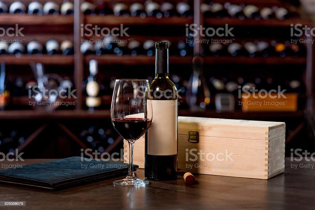 Garrafa de Vinho com vidro e menu na tabela - fotografia de stock