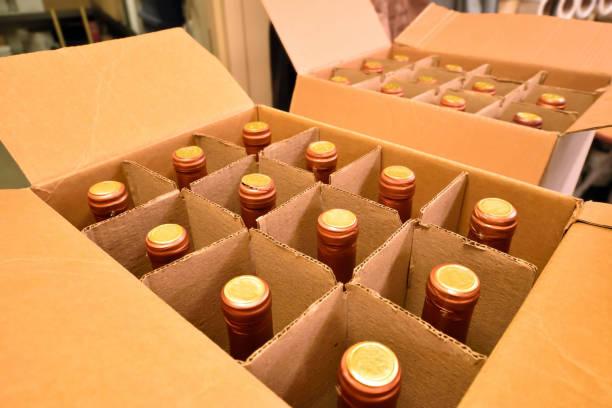 vinflaskor i kartong - wine box bildbanksfoton och bilder