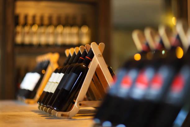 Botellas de vino en estante de madera. - foto de stock